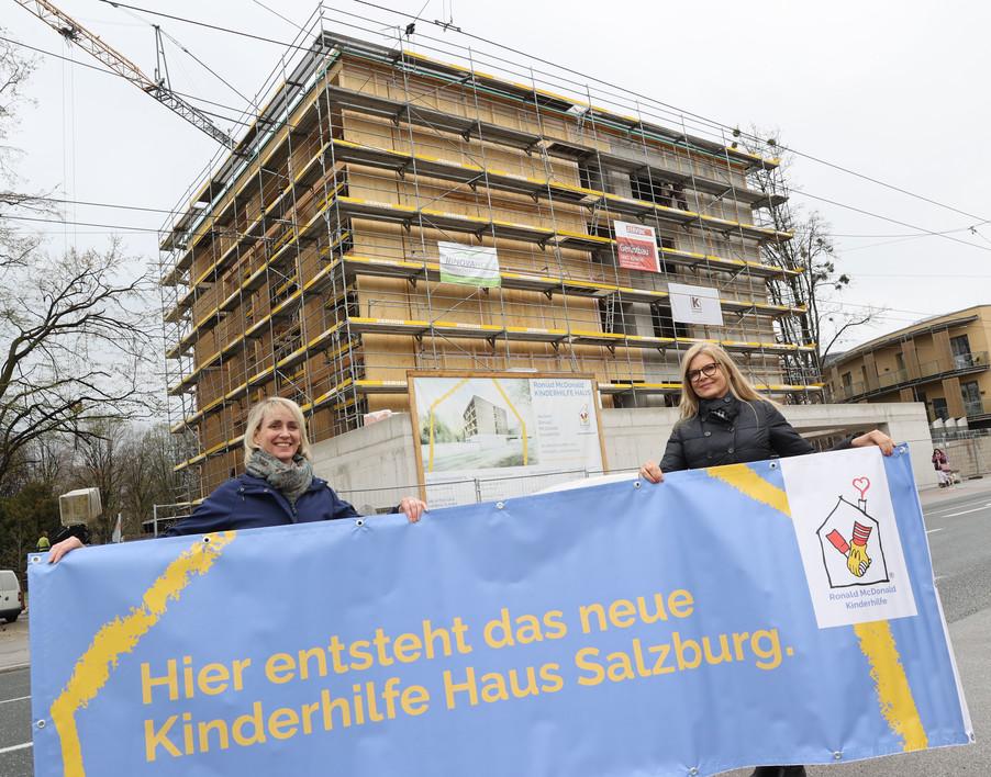 Bild 23   SALZBURG - 2021-04-20: Gleichenfeier für neues Ronald McDonald Kinderhilfe Haus in Salzburg  Im ...