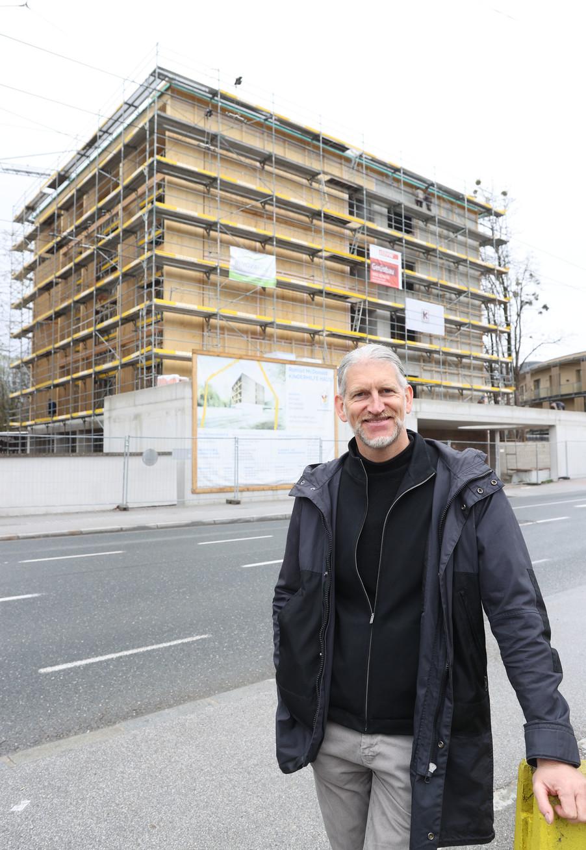 Bild 25   SALZBURG - 2021-04-20: Gleichenfeier für neues Ronald McDonald Kinderhilfe Haus in Salzburg  Im ...