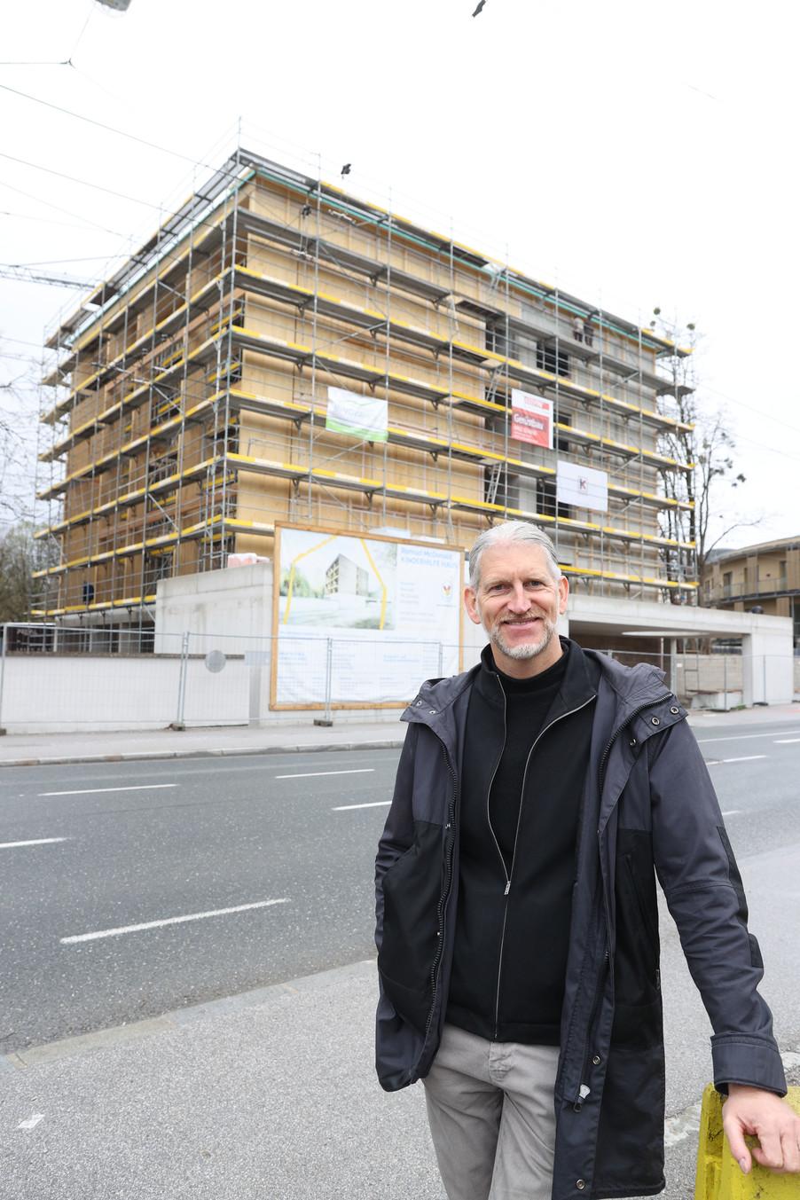 Bild 26   SALZBURG - 2021-04-20: Gleichenfeier für neues Ronald McDonald Kinderhilfe Haus in Salzburg  Im ...
