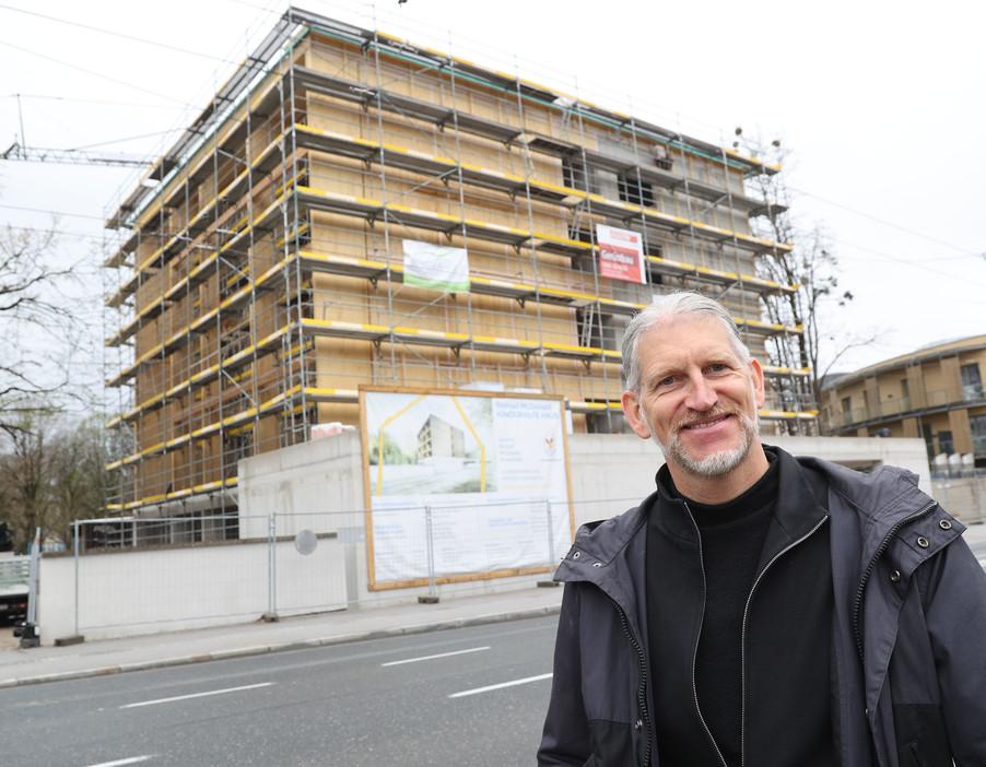 Bild 27   SALZBURG - 2021-04-20: Gleichenfeier für neues Ronald McDonald Kinderhilfe Haus in Salzburg  Im ...