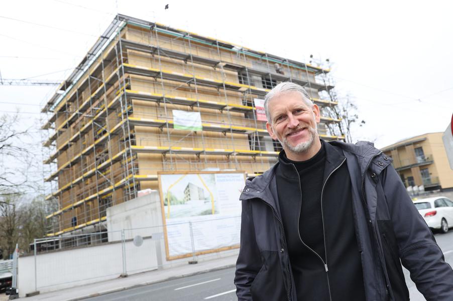Bild 30   SALZBURG - 2021-04-20: Gleichenfeier für neues Ronald McDonald Kinderhilfe Haus in Salzburg  Im ...