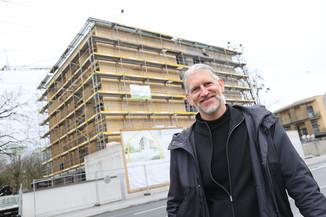 Bild 31   SALZBURG - 2021-04-20: Gleichenfeier für neues Ronald McDonald Kinderhilfe Haus in Salzburg  Im ...