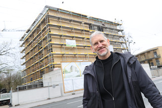 Bild 32   SALZBURG - 2021-04-20: Gleichenfeier für neues Ronald McDonald Kinderhilfe Haus in Salzburg  Im ...