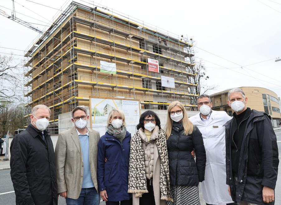 Bild 33   SALZBURG - 2021-04-20: Gleichenfeier für neues Ronald McDonald Kinderhilfe Haus in Salzburg ...