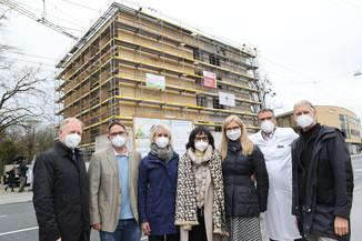 Bild 34   SALZBURG - 2021-04-20: Gleichenfeier für neues Ronald McDonald Kinderhilfe Haus in Salzburg ...