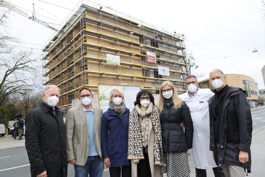 Bild 35   SALZBURG - 2021-04-20: Gleichenfeier für neues Ronald McDonald Kinderhilfe Haus in Salzburg ...