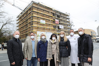 Bild 36   SALZBURG - 2021-04-20: Gleichenfeier für neues Ronald McDonald Kinderhilfe Haus in Salzburg ...