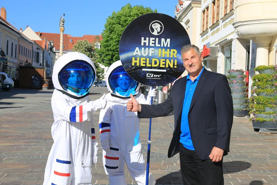 """Bild 4   Verkehrssicherheitsaktion """"Helm auf ihr Helden"""""""