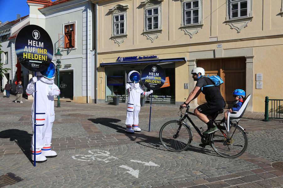 """Bild 7   Verkehrssicherheitsaktion """"Helm auf ihr Helden"""""""