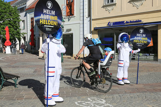"""Bild 8   Verkehrssicherheitsaktion """"Helm auf ihr Helden"""""""