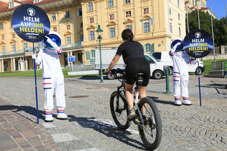"""Bild 9   Verkehrssicherheitsaktion """"Helm auf ihr Helden"""""""
