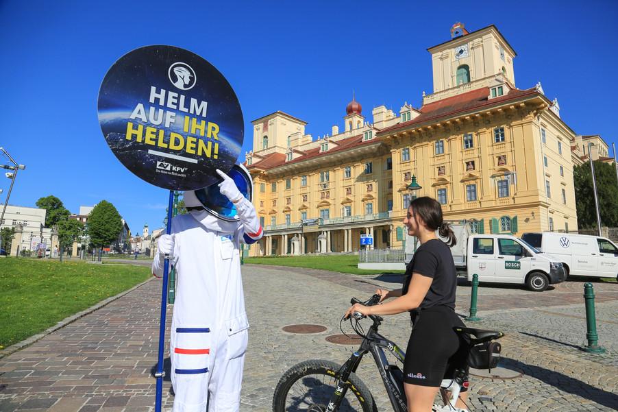"""Bild 10   Verkehrssicherheitsaktion """"Helm auf ihr Helden"""""""