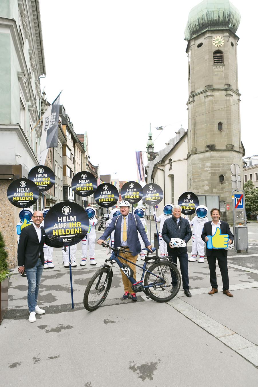 Bild 5 | Bregenz am 8.6.2021, APA KFV Kuratorium fuer Verkehrssicherheit, Event Nr. 0128.21, Gruppenfoto mit ...