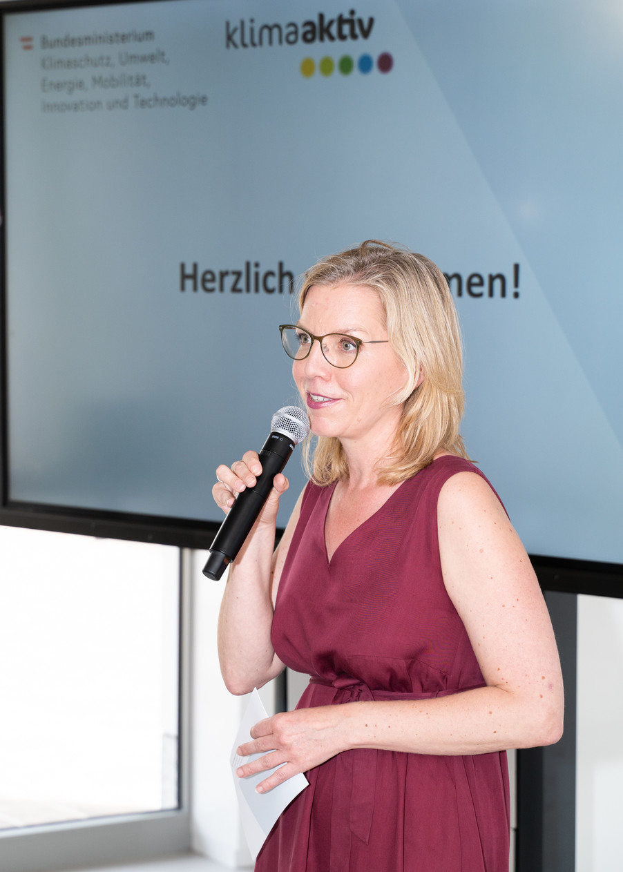 Bild 2   Klimaschutzministerin Leonore Gewessler bei der Auszeichnung von klimaaktiv Gebäuden aus der ...