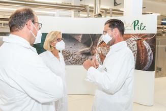 Bild 7 | LH Mikl-Leitner überzeugt sich vom Erfolg des Waldviertler Bäckereibetriebes