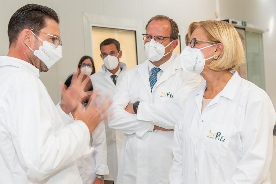 Bild 8 | LH Mikl-Leitner überzeugt sich vom Erfolg des Waldviertler Bäckereibetriebes