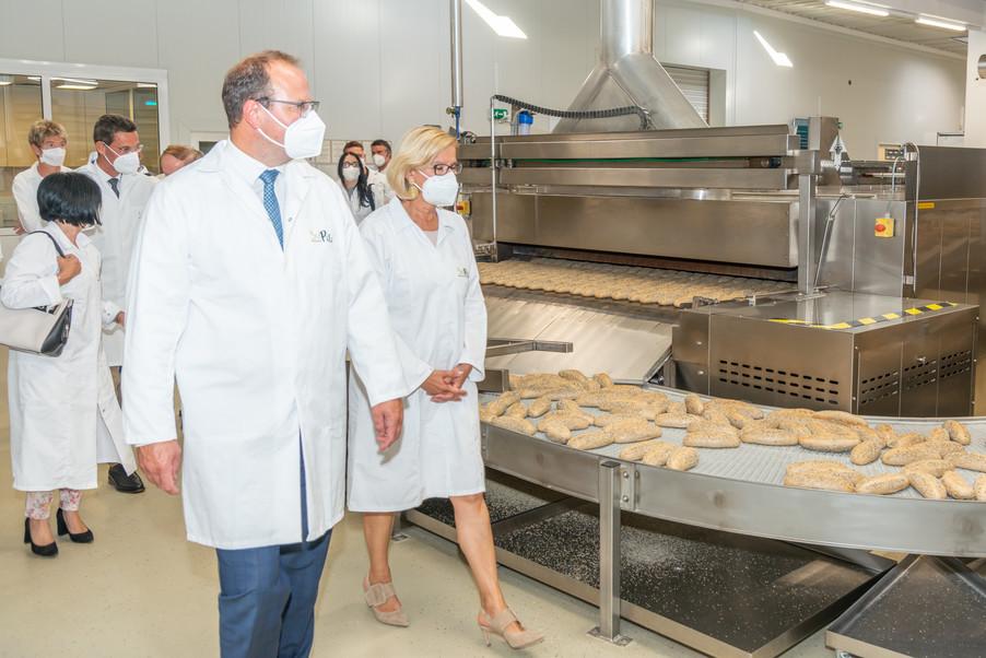 Bild 10 | LH Mikl-Leitner überzeugt sich vom Erfolg des Waldviertler Bäckereibetriebes
