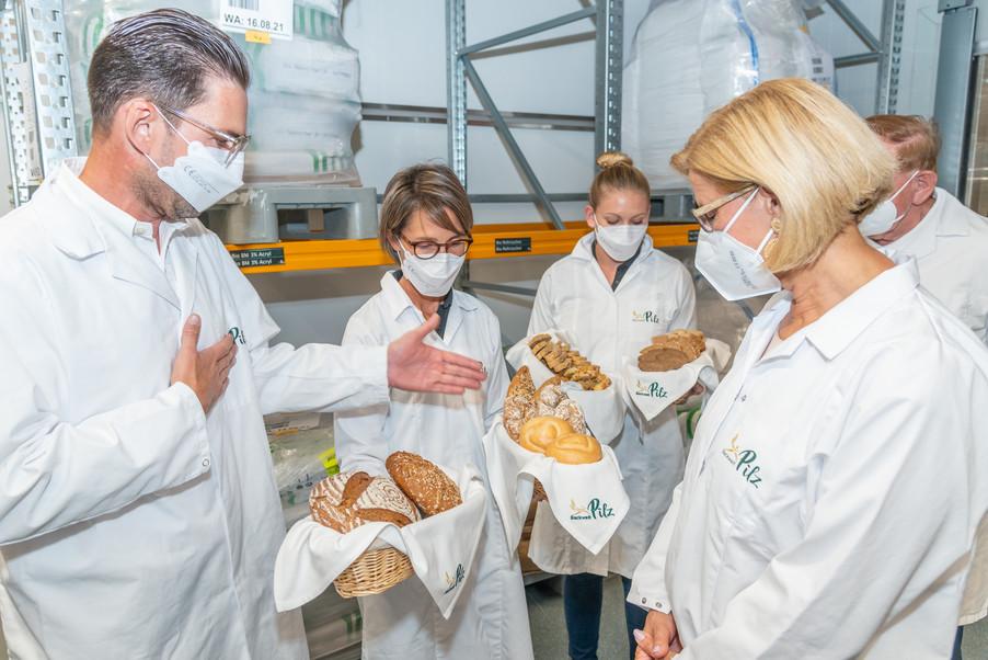 Bild 13 | LH Mikl-Leitner überzeugt sich vom Erfolg des Waldviertler Bäckereibetriebes