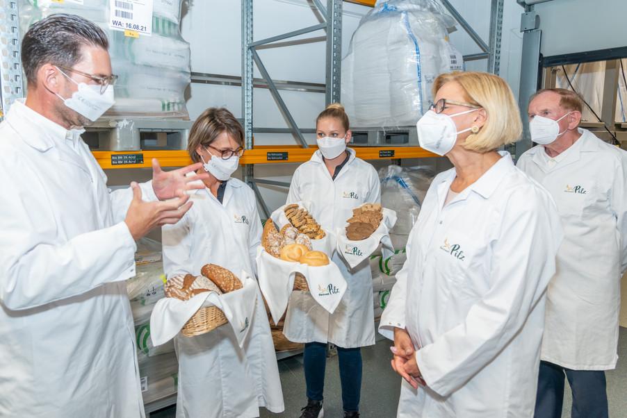 Bild 14 | LH Mikl-Leitner überzeugt sich vom Erfolg des Waldviertler Bäckereibetriebes