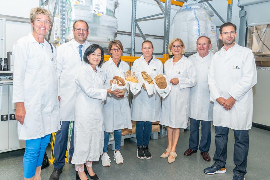Bild 15 | LH Mikl-Leitner überzeugt sich vom Erfolg des Waldviertler Bäckereibetriebes