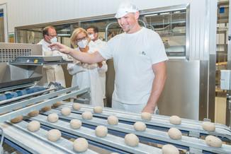 Bild 16 | LH Mikl-Leitner überzeugt sich vom Erfolg des Waldviertler Bäckereibetriebes