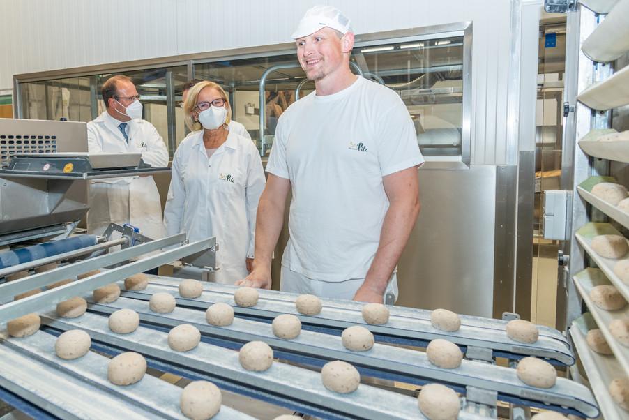 Bild 17 | LH Mikl-Leitner überzeugt sich vom Erfolg des Waldviertler Bäckereibetriebes