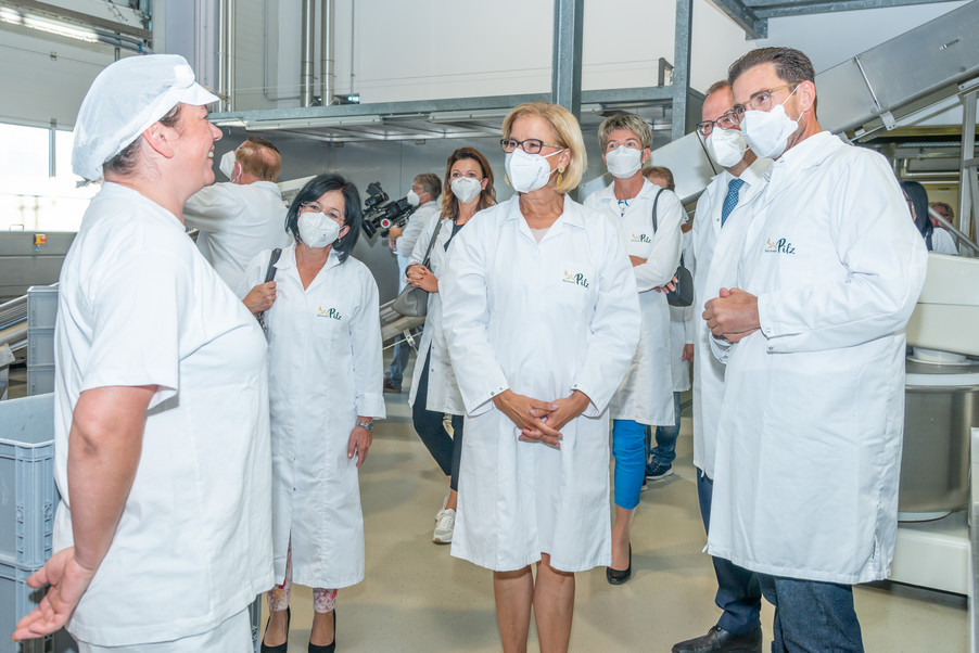 Bild 20 | LH Mikl-Leitner überzeugt sich vom Erfolg des Waldviertler Bäckereibetriebes