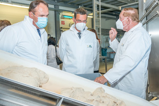Bild 21 | LH Mikl-Leitner überzeugt sich vom Erfolg des Waldviertler Bäckereibetriebes
