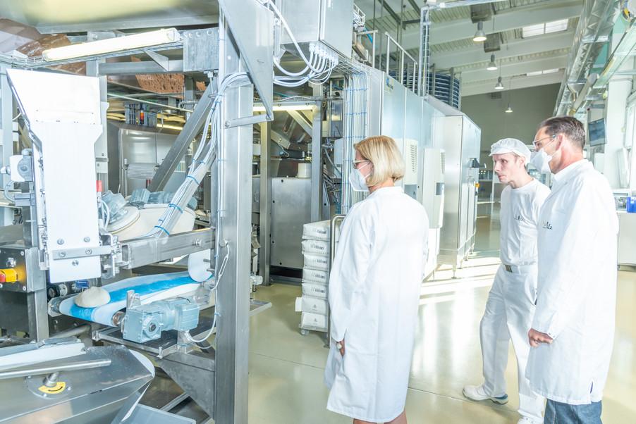Bild 23 | LH Mikl-Leitner überzeugt sich vom Erfolg des Waldviertler Bäckereibetriebes