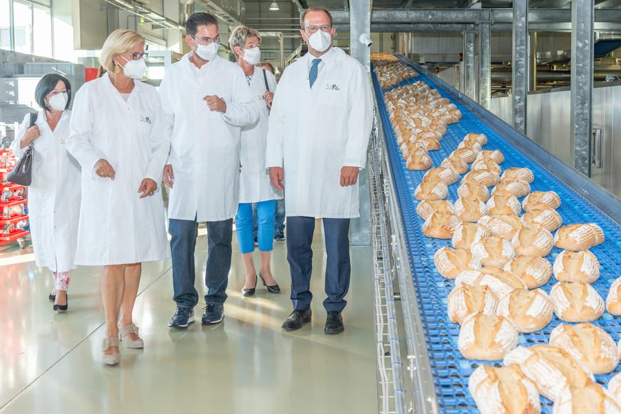Bild 24 | LH Mikl-Leitner überzeugt sich vom Erfolg des Waldviertler Bäckereibetriebes