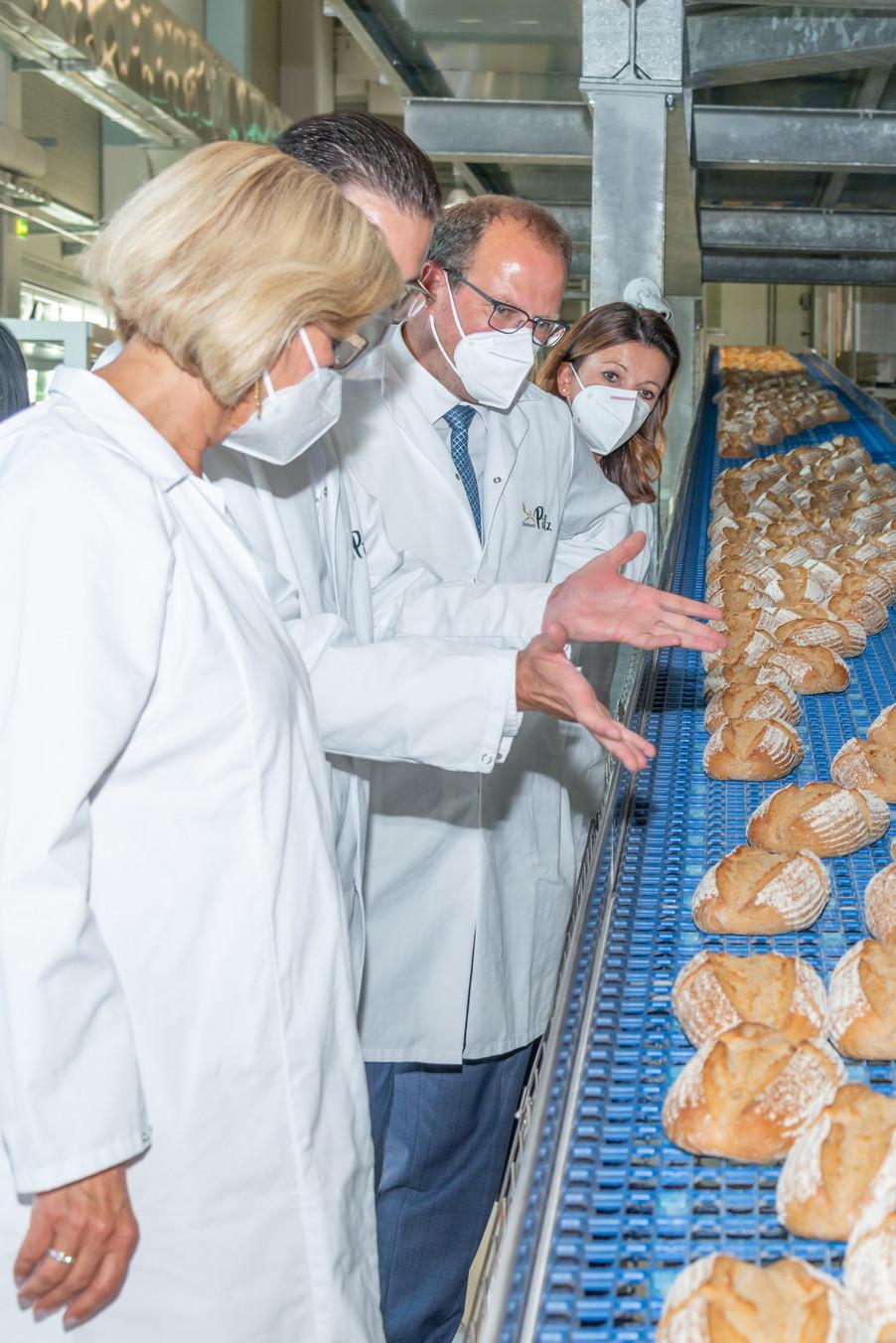 Bild 25 | LH Mikl-Leitner überzeugt sich vom Erfolg des Waldviertler Bäckereibetriebes